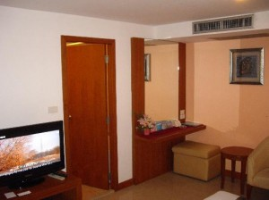 Bally's Studio Suites Sukhumvit room with TV