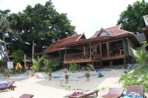 Bill Resort bungalows and beach