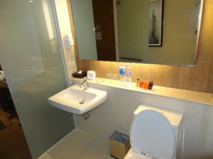 On8 Sukhumvit Bangkok Hotel toiet and bathroom