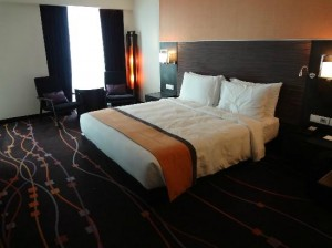 Radisson Suites Bangkok Sukhumvit bed and room